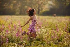 美丽的少妇在春天开花户外 免版税图库摄影