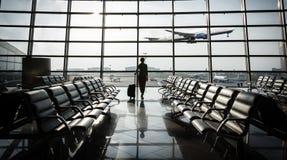 美丽的少妇在机场 免版税库存照片