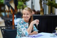 美丽的少妇在法国餐馆 免版税库存照片