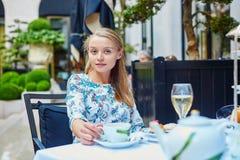 美丽的少妇在法国餐馆 图库摄影