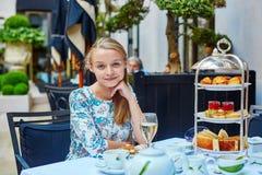 美丽的少妇在法国餐馆 库存照片