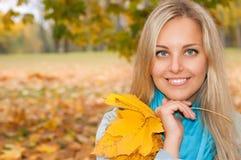 美丽的少妇在秋天森林里 免版税库存图片