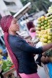 美丽的少妇在街道的水果市场上 库存图片