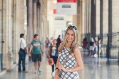 美丽的少妇在铁路终端摆在 免版税库存照片
