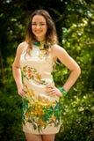 美丽的少妇在绿色森林里 库存照片
