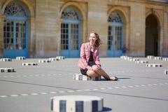 美丽的少妇在Palais Royale在巴黎 免版税图库摄影