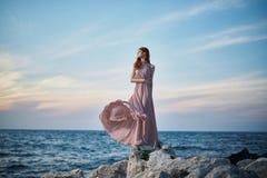 美丽的少妇基于海,海洋,海滩,水,假期 库存照片