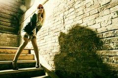 美丽的少妇嬉皮佩带的太阳镜 新美好的时尚mod的画象 库存图片