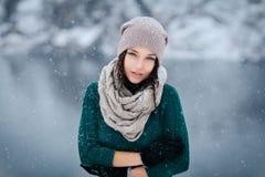 美丽的少妇室外的冬天 免版税库存照片
