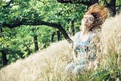 美丽的少妇投掷在小山Zobor倾斜的头发  图库摄影