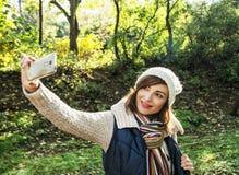 美丽的少妇拍在秋天自然的selfie照片 图库摄影