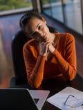 美丽的少妇放松并且研究膝上型计算机 库存照片