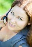 美丽的少妇特写镜头画象说在电话里 免版税库存照片