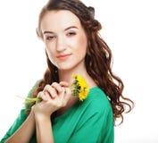 美丽的少妇用大黄色蒲公英 图库摄影