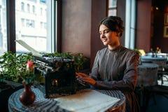 美丽的少妇画象咖啡馆的 免版税图库摄影