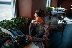 美丽的少妇画象咖啡馆的 图库摄影