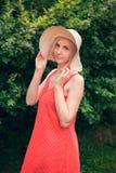 美丽的少妇画象宽海滩帽子的,反对夏天绿色公园背景  免版税库存图片