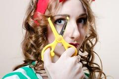 美丽的少妇白肤金发的画报女孩&剪刀 免版税库存图片