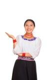 美丽的少妇站立的佩带的传统安地斯山的女衬衫和红色项链,互动的提供武装微笑 库存图片