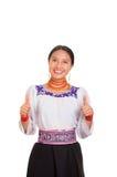 美丽的少妇站立的佩带的传统安地斯山的女衬衫和红色项链,给赞许,当微笑时 免版税库存照片