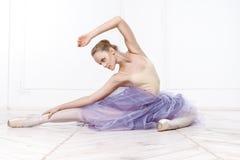 美丽的少妇芭蕾舞女演员 免版税库存照片