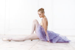 美丽的少妇芭蕾舞女演员 免版税图库摄影