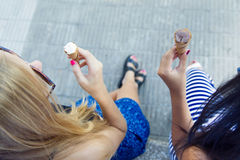 美丽的少妇获得与冰淇凌的乐趣在公园 免版税库存图片