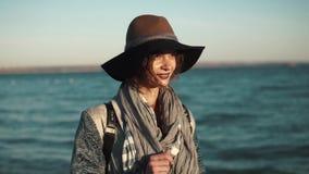 美丽的少妇走沿海,微笑和享受温暖的秋天天 股票视频