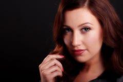 美丽的少妇软的焦点画象有长的棕色头发的 免版税库存图片