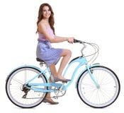 美丽的少妇骑马自行车 免版税库存图片