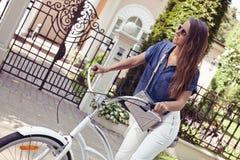 美丽的少妇骑马自行车 图库摄影