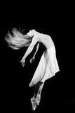 美丽的少妇黑白摄影跳舞的 免版税库存照片
