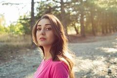 美丽的少妇画象反对太阳背景 免版税图库摄影
