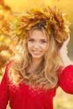 美丽的少妇画象在秋天公园 免版税图库摄影