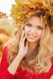 美丽的少妇画象在秋天公园 免版税库存图片
