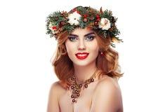 美丽的少妇画象有圣诞节花圈的 免版税库存照片