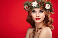 美丽的少妇画象有圣诞节花圈的 库存图片