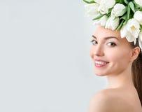 美丽的少妇画象有花的在头发 库存照片