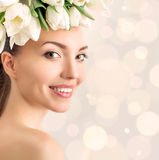 美丽的少妇画象有花的在头发 免版税库存图片