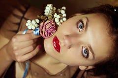 美丽的少妇画象有花的 库存照片