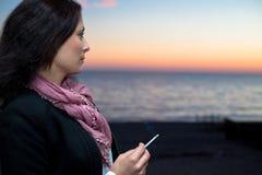 美丽的少妇画象有香烟的 库存图片