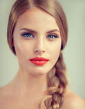 美丽的少妇画象有braidpigtail和蓝眼睛的 免版税库存照片