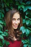 美丽的少妇画象狂放的叶子的 免版税库存照片