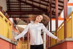 美丽的少年女孩在城市 免版税库存图片