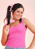 美丽的少年女孩愉快的棒棒糖 库存图片