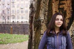 美丽的少年女孩的秋天画象 免版税库存图片