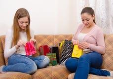 女孩获得乐趣在购物以后 免版税图库摄影