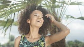 美丽的少年美国黑人的女孩画象热带海滩的 免版税图库摄影