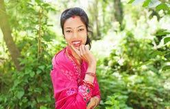 年轻美丽的尼泊尔妇女佩带的莎丽服 库存照片