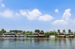 美丽的居住船和旅馆Dal湖的,斯利那加 免版税库存照片
